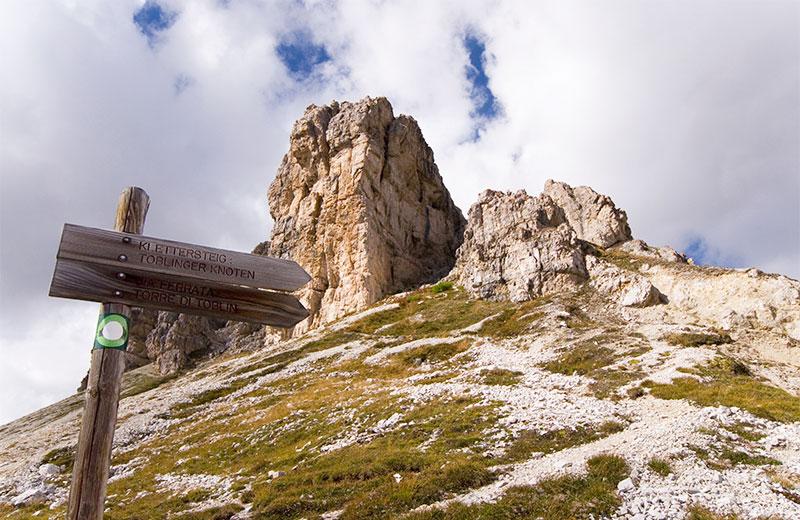 Klettersteig Paternkofel : Malerische aussicht der paternkofel berg und wanderer auf
